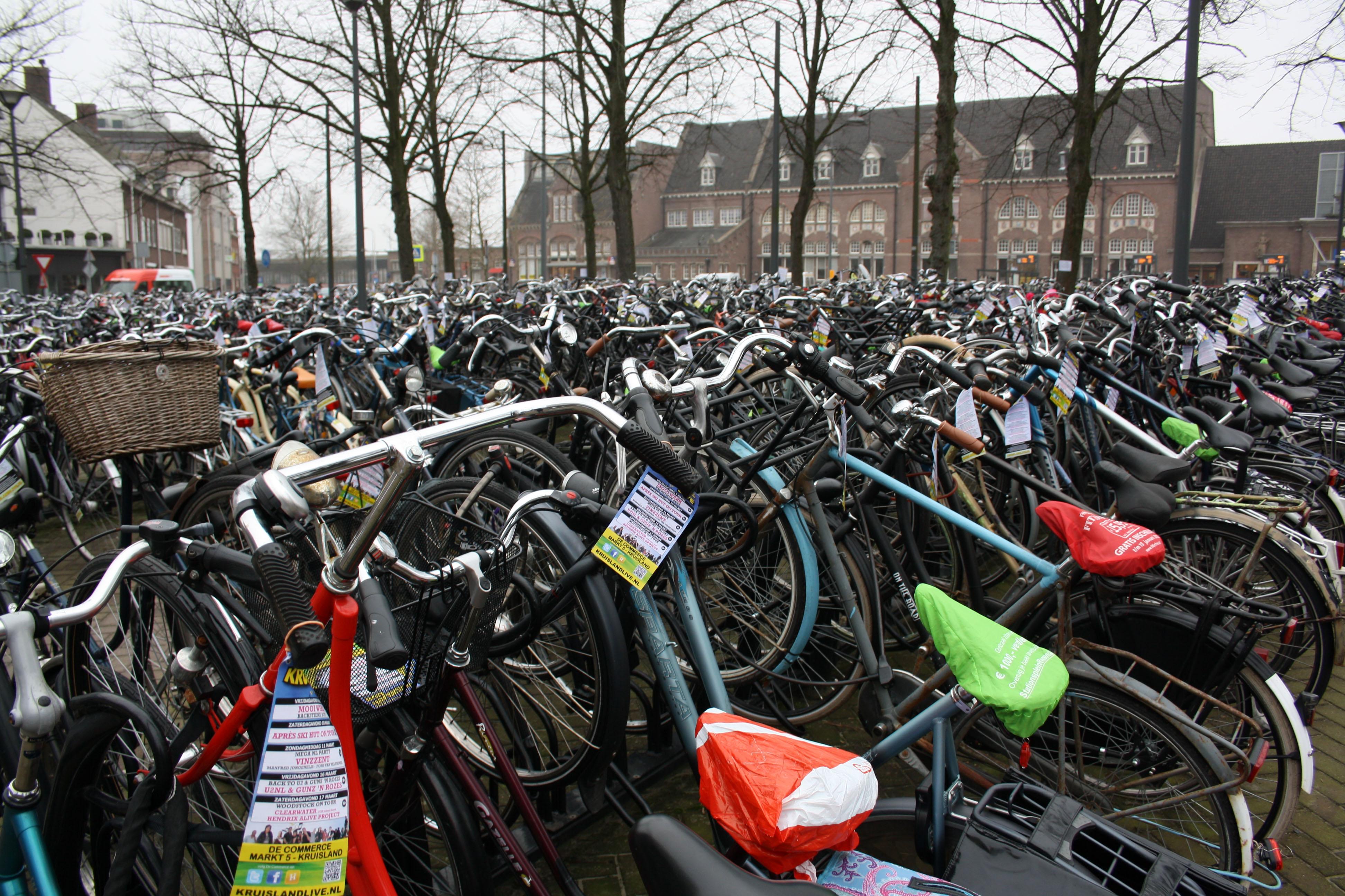 Fietsen op stationsplein in Roosendaal