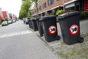Containers met 30km-smileys aan Beetslaan