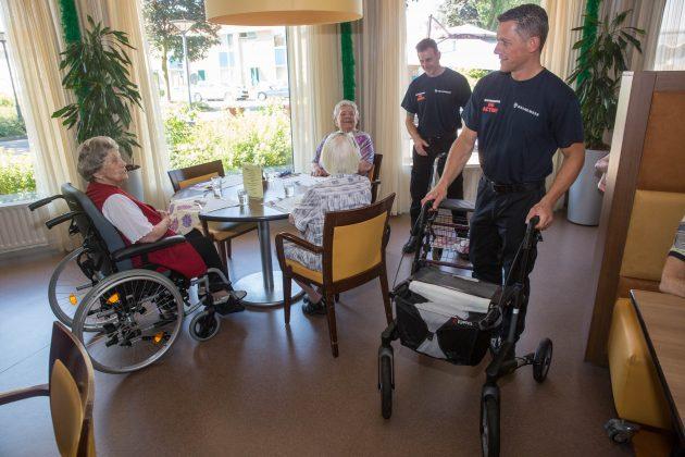 Roosendaalse brandweer houdt ludieke actie in verzorgingshuis om CAO-eisen kracht bij te zetten