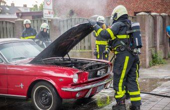 Klassieke Ford Mustang in brand op Eikenlaan in Roosendaal