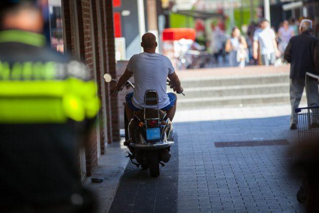 Politie en Buurtpreventie houden actie op Dijkcentrum in Roosendaal - Foto: Christian Traets