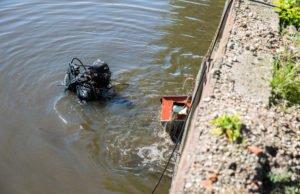 Duiker arrestatieteam haalt kluis uit Roosendaalse Vliet