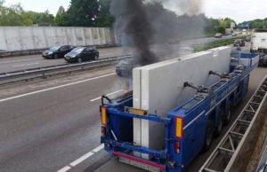 Aanhanger van vrachtwagen in brand op A58 bij Roosendaal