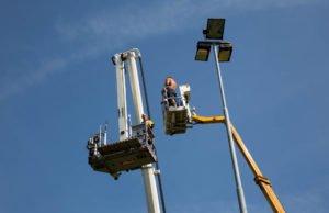 Brandweer redt mannen uit defecte hoogwerker in Roosendaal