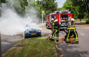 Auto in brand, moeder met baby naar ziekenhuis