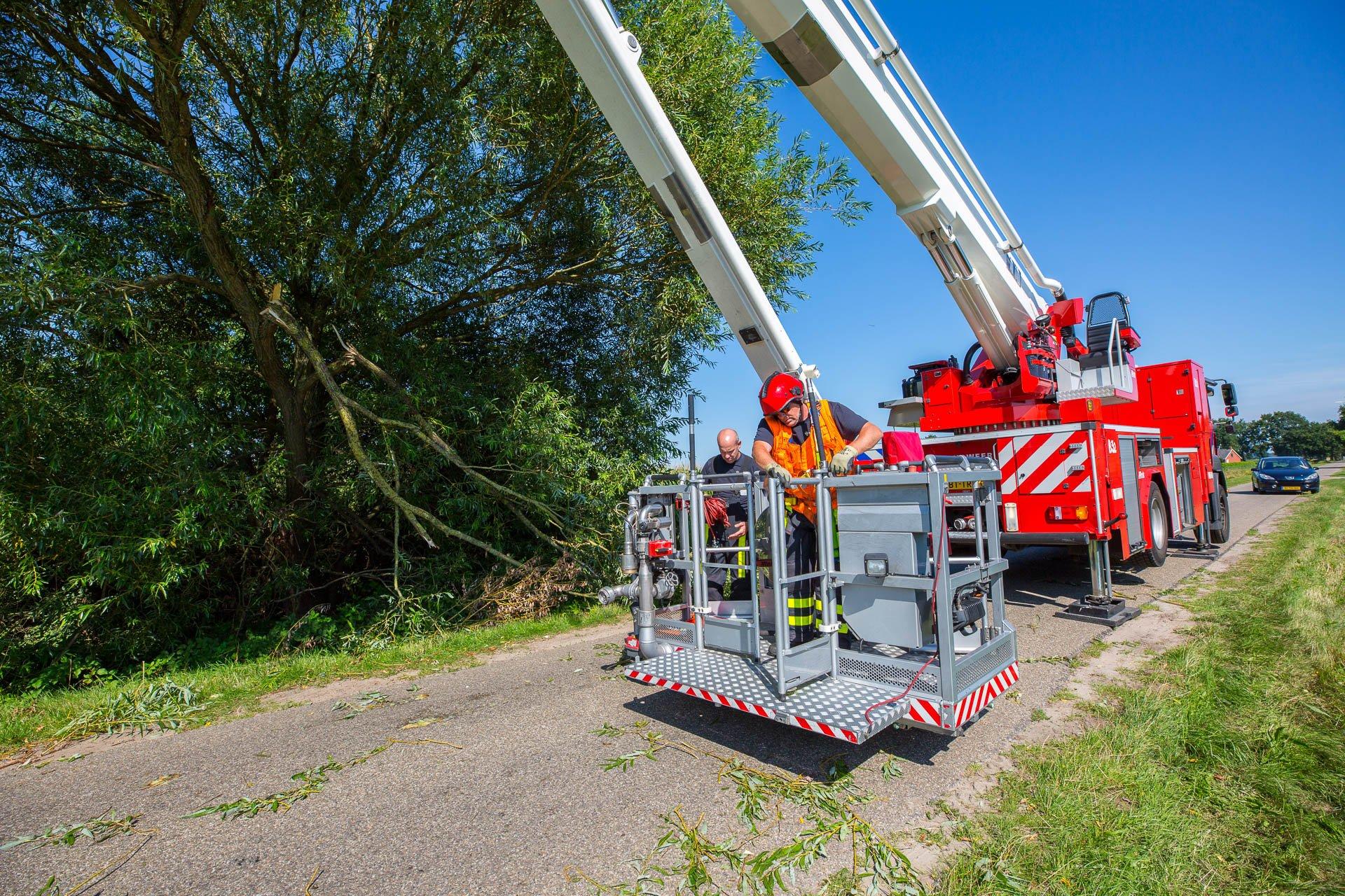 Brandweer verwijdert takken van weg in Wouwse Plantage