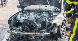 Auto vliegt spontaan in brand op Gastelseweg in Roosendaal