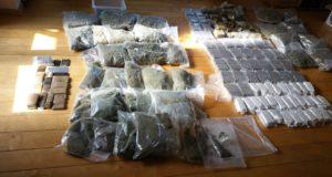 72 kilo hasj en 20 kilo hennep aangetroffen in woning Standdaarbuiten