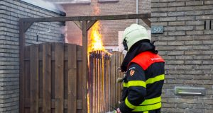 Schutting en schuur in brand aan Odiliadonk in Roosendaal