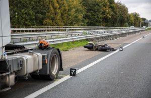 Motorrijder botst achterop vrachtwagen op A17 bij Roosendaal
