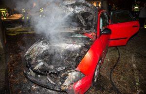 Autobrand aan de Van Goghlaan in Roosendaal