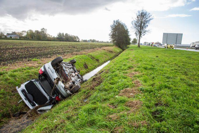 Auto op z'n kop in de sloot langs A17 bij Oud Gastel