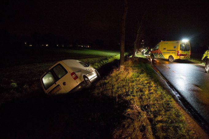 Automobilist belandt met auto in sloot en raakt gewond