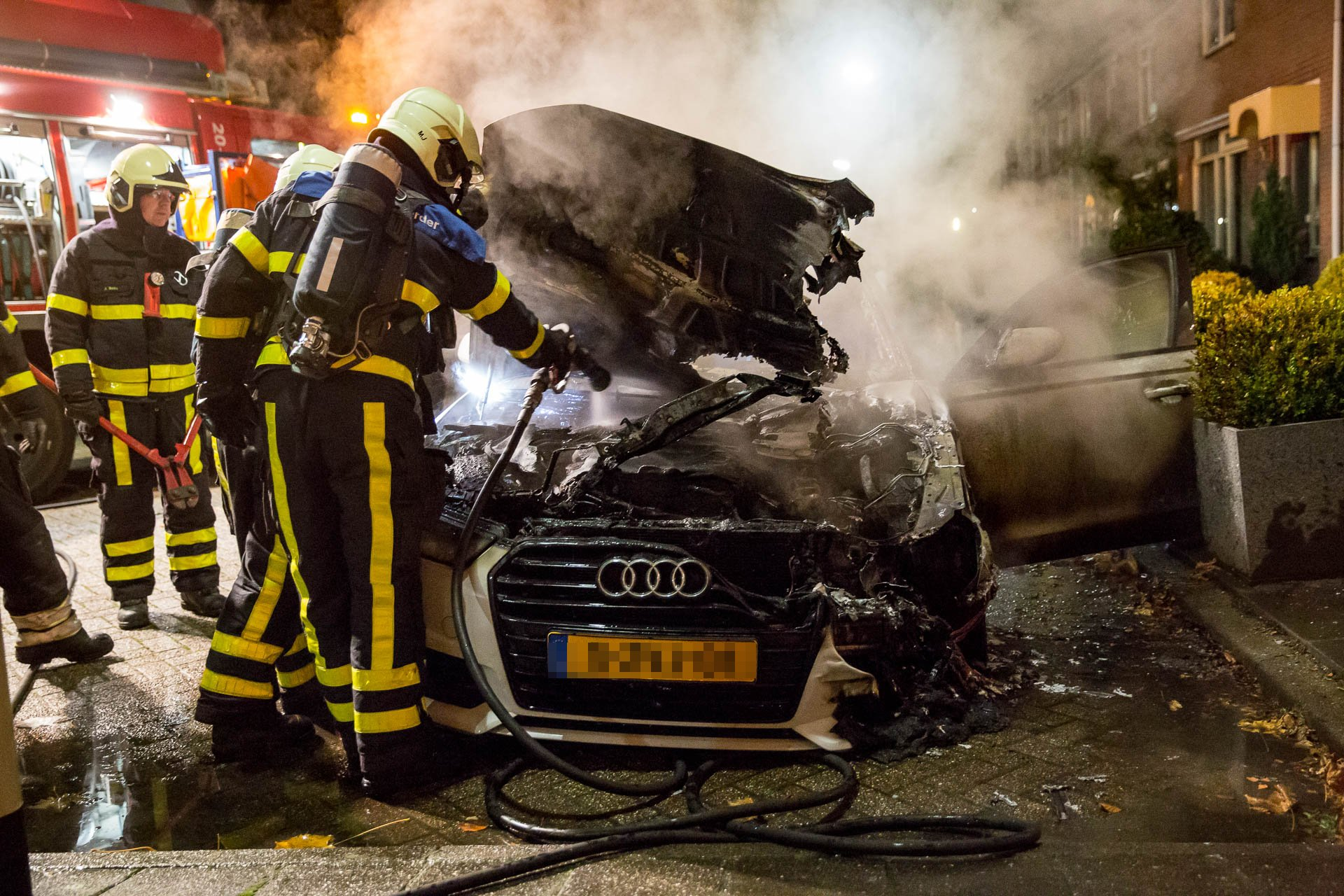 Auto in brand gestoken aan Stelberg in Wouw