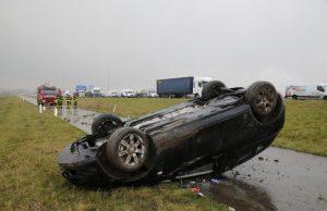 Auto van de weg geraakt en over de kop geslagen op A16 bij Moerdijkbrug