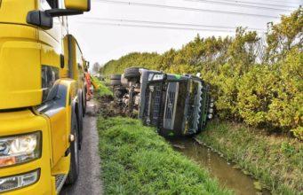 Vrachtwagen met kunstmest kantelt in Standdaarbuiten
