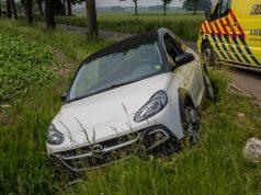 Vrouw rijdt met auto de sloot in op Spellestraat in Wouw
