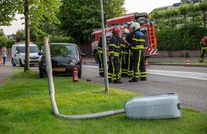 Automobilist rijdt tegen lantaarnpaal in Wouw