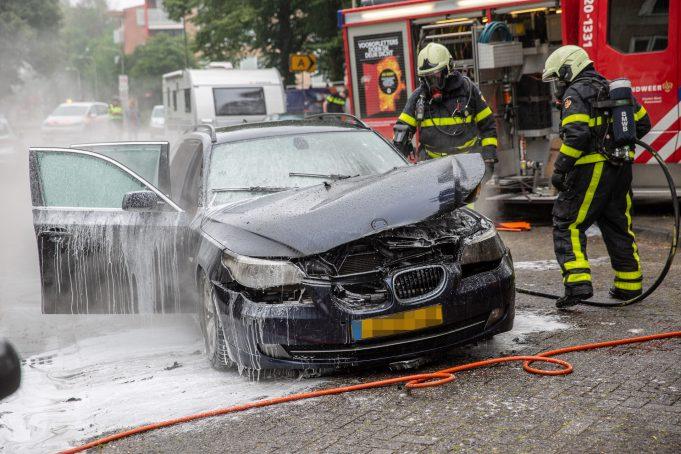 Caravan gered van brandende auto in Roosendaal