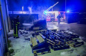 Container en pallets in brand, mogelijk brandstichting
