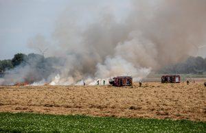 Flink stuk droog grasland in brand aan Kwartiersedijk in Fijnaart