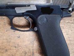 Vuurwapen, sabel en amfetamine in auto