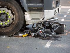 Bromfietser zwaargewond bij aanrijding met vrachtwagen op Borchwerf in Roosendaal
