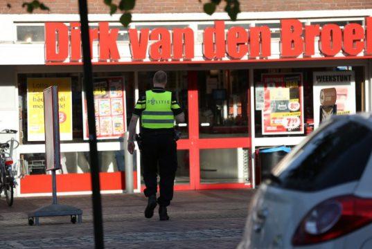 Gemaskerde en gewapende mannen overvallen supermarkt Dirk van den Broek in Oud Gastel