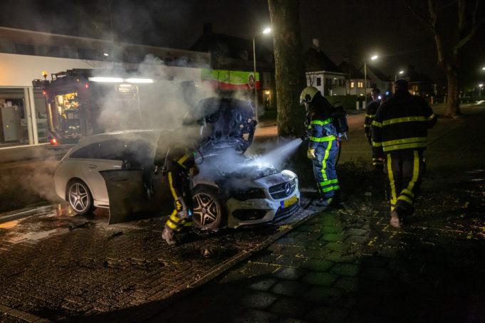 Auto in brand aan Parklaan in Roosendaal