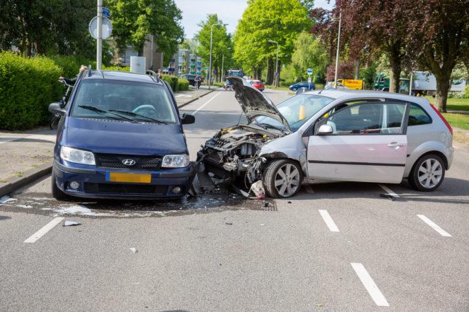 Drie auto's botsen met elkaar op kruising in Roosendaal