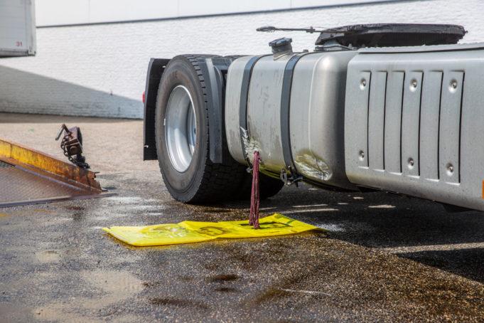 Vrachtwagen rijdt gat in brandstoftank op bedrijventerrein Borchwerf