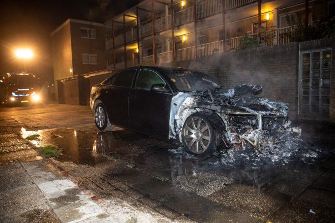 Auto verwoest door brand aan Pieter Breughelstraat
