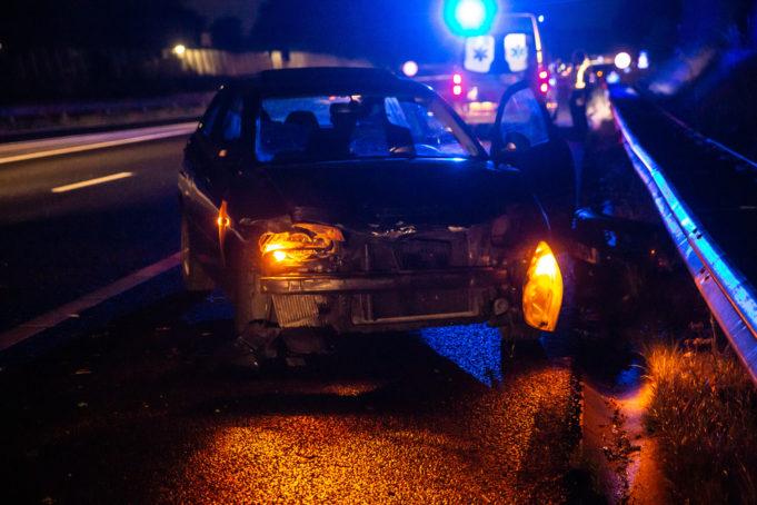 Auto botst tegen vangrail op A58 bij Roosendaal