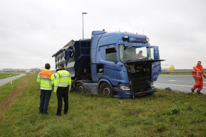 Vrachtwagen in de berm langs A16 bij Moerdijk