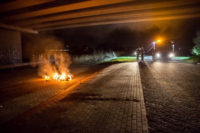 Afval in brand onder viaduct Oud Gastel