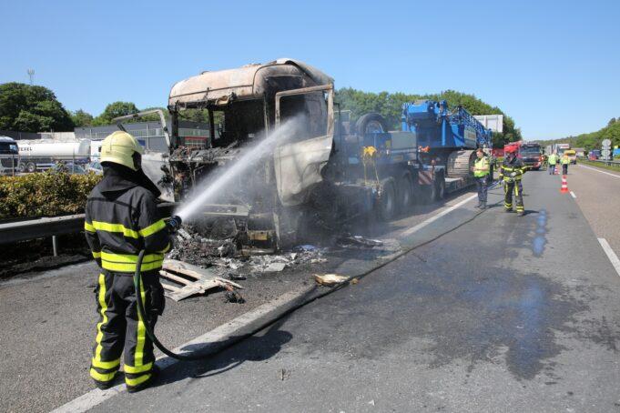 Vrachtwagen vliegt in brand op A4 bij Bergen op Zoom