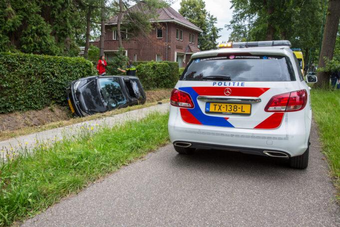 Auto belandt in sloot op N640 bij Hoeven