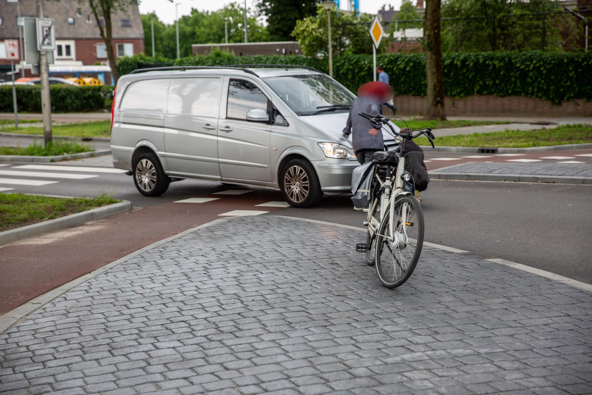 Fietsster lichtgewond bij aanrijding door bestelbus in Roosendaal