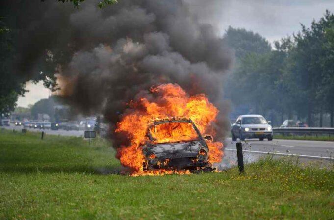 Auto door brand verwoest op A58 bij Sint Willebrord
