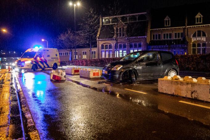 Auto botst tegen betonblok op Stationsstraat