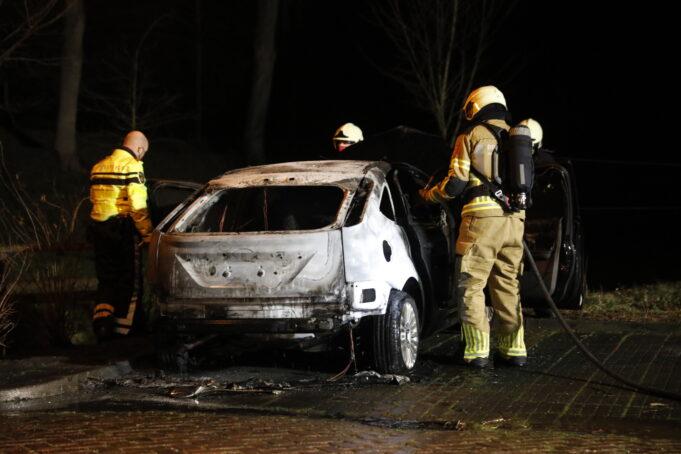Politie onderzoekt autobrand in Willemstad