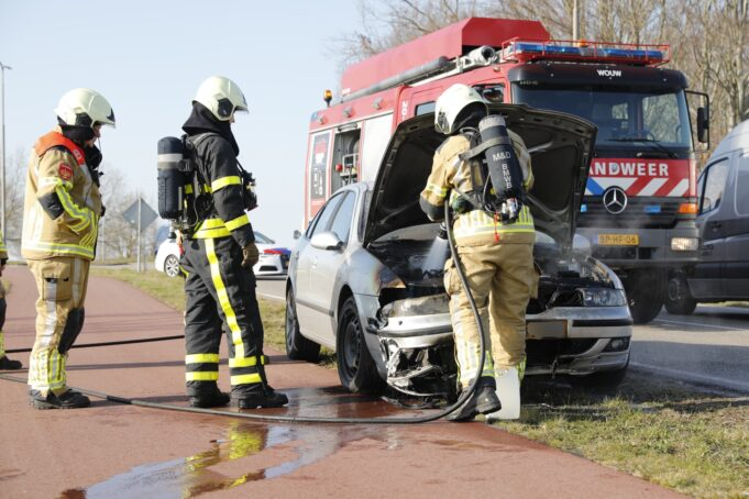 Auto vat vlam op Plantagebaan in Wouwse Plantage