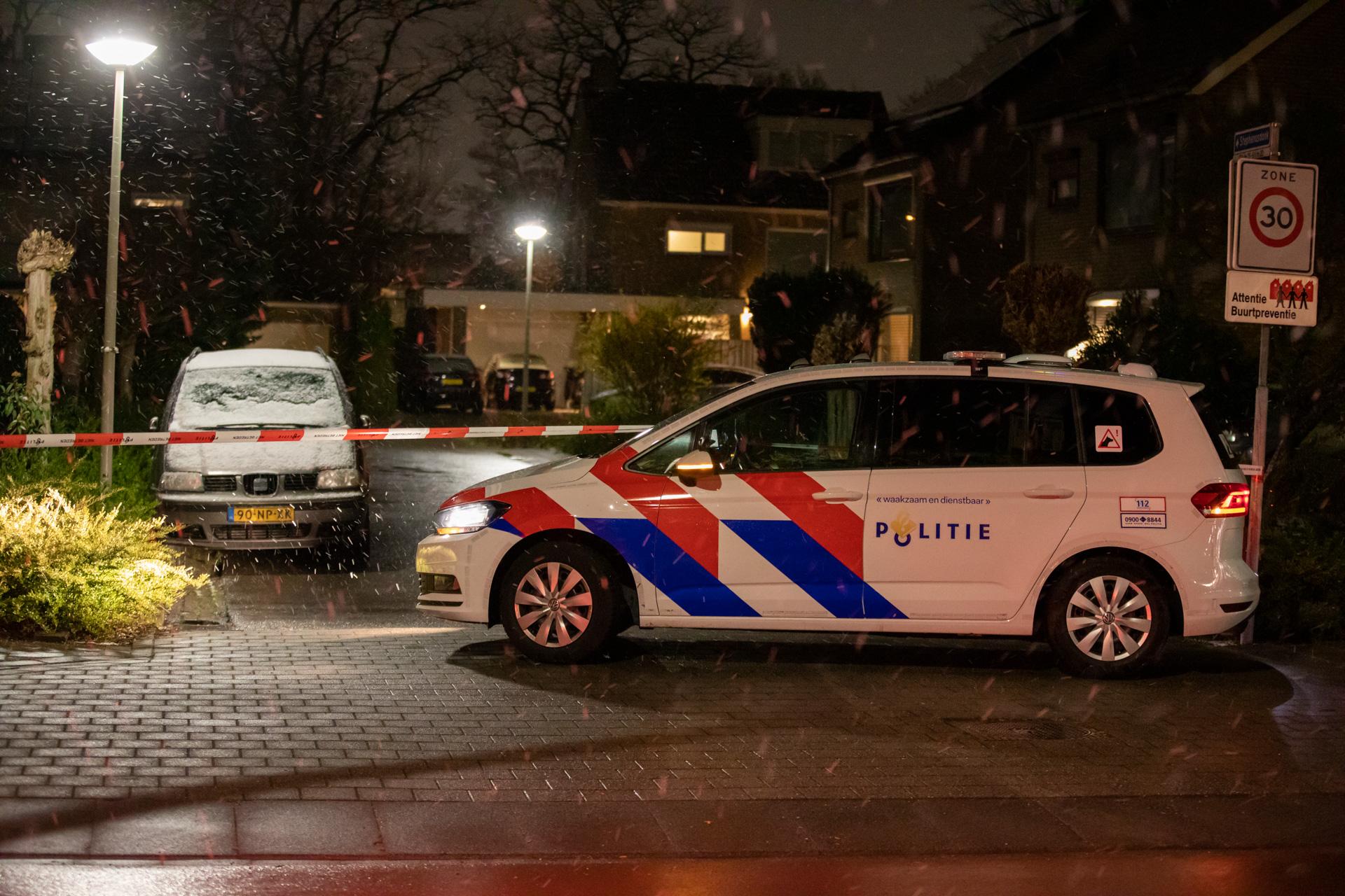 Explosief aangetroffen bij woning, politie doet onderzoek