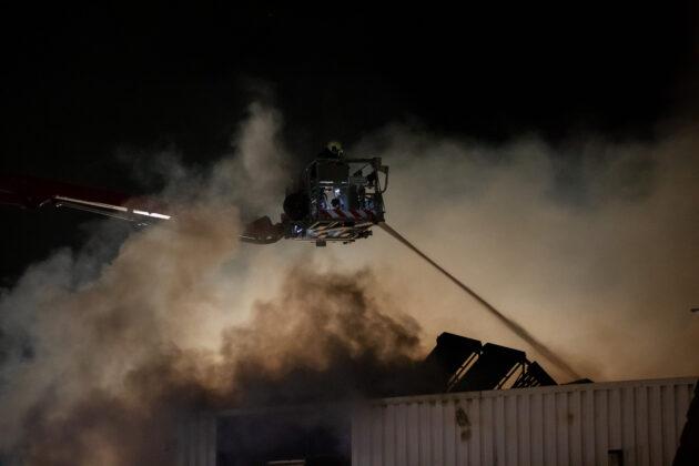 Grote uitslaande brand verwoest bedrijfsloods in Roosendaal