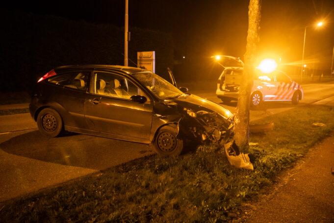 Automobilist botst tegen boom in Wouw