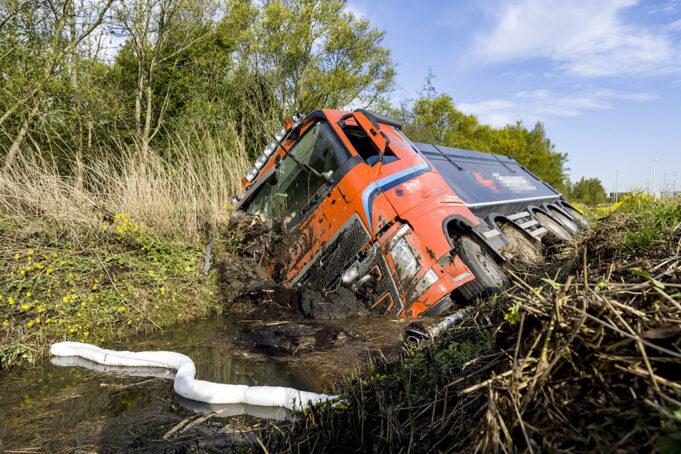 Vrachtwagenchauffeur belandt met vrachtwagen in sloot naast A16 Moerdijk