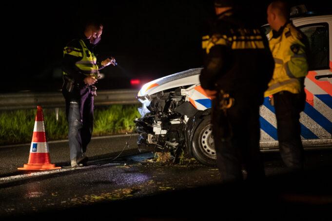 Politieauto botst tegen vangrail op A17 bij Oud Gastel