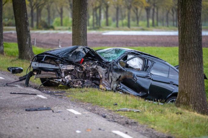 Auto met vijf mensen botst op boom in Nispen
