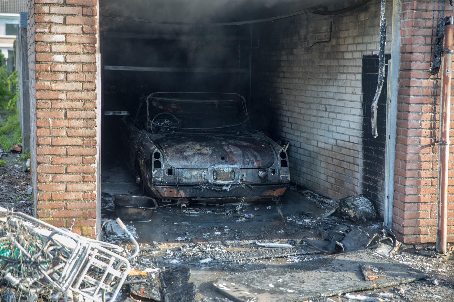 Oldtimer brandt volledig uit in garagebox Susannadonk