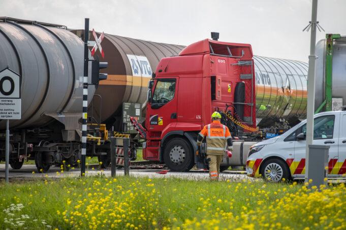 Vrachtwagen botst tegen goederentrein bij spoorwegovergang